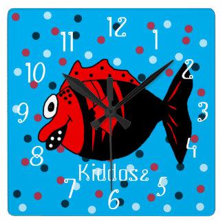Poissons noirs et rouges drôles et mignons horloge carrée