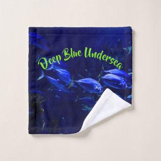 Poissons tropicaux sous-marins bleus profonds