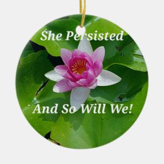"""Politique """"elle a persisté"""" fleur de Lotus rose Ornement Rond En Céramique"""