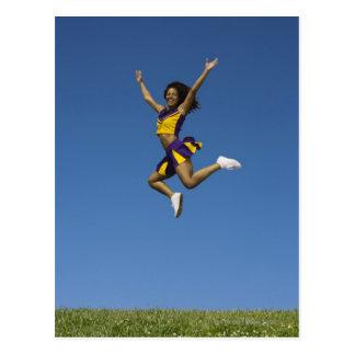 Pom-pom girl femelle sautant en air 2 carte postale