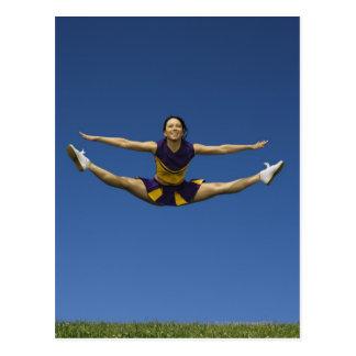 Pom-pom girl femelle sautant en air 3 carte postale