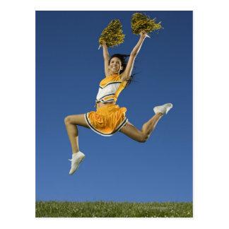 Pom-pom girl femelle sautant en air avec des carte postale