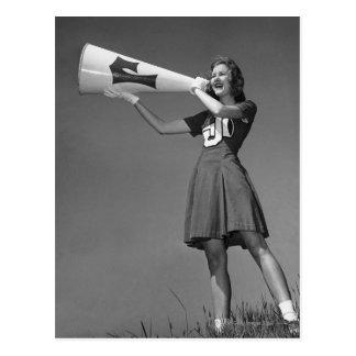 Pom-pom girl femelle utilisant le mégaphone carte postale