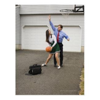 Pom-pom girl jouant au basket-ball avec son père carte postale