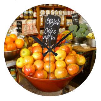 Pommes dans l'horloge décorative de ~ de magasin grande horloge ronde