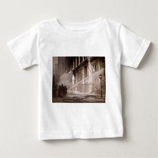 Pompiers pulvérisant la rue New York de pin de T-shirts