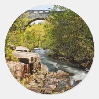 Pont au-dessus de rivière sticker rond