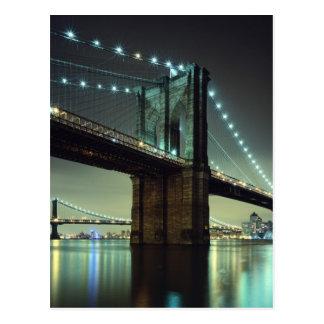 Pont de Brooklyn au pont de Manhattan de nuit Carte Postale