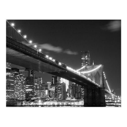 Pont de Brooklyn et horizon de Manhattan la nuit Cartes Postales