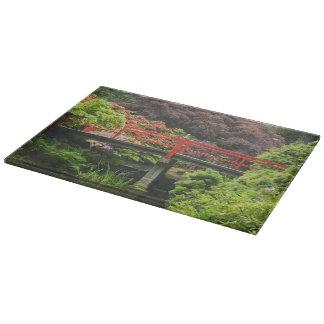 Pont de coeur avec les rhododendrons de floraison, planches à découper