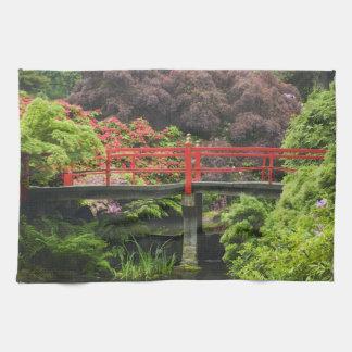 Pont de coeur avec les rhododendrons de floraison, serviettes pour les mains