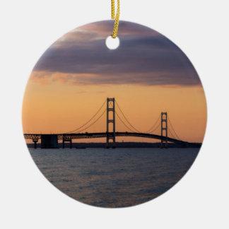 Pont de Mackinac orange de crépuscule Ornement Rond En Céramique