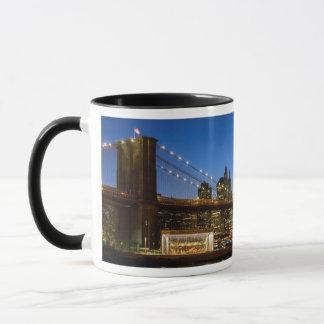 Pont de Manhattan et de Brooklyn au crépuscule Mug