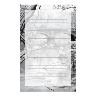 Pont de voûte au-dessus de rivière congelée en motifs pour papier à lettre