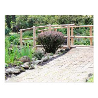 Pont en bois de pied de zen après le passage cartes postales