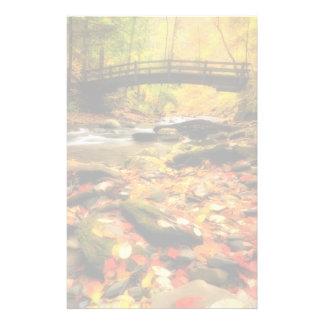 Pont en bois et crique dans l'automne papier à lettre personnalisable