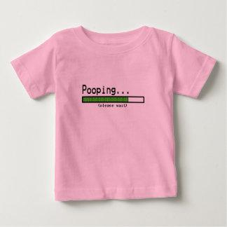 Pooping… Attendez svp T-shirt Pour Bébé