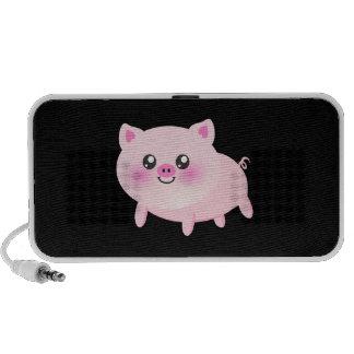 Porc rose mignon sur le noir haut-parleur notebook
