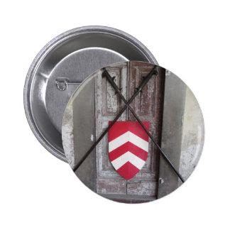 Porte barrée. Lances et bouclier croisés médiévaux Badges