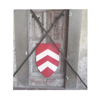 Porte barrée. Lances et bouclier croisés médiévaux Blocs Notes