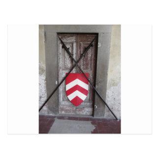 Porte barrée. Lances et bouclier croisés médiévaux Carte Postale