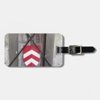 Porte barrée. Lances et bouclier croisés médiévaux Étiquettes Bagages
