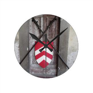 Porte barrée. Lances et bouclier croisés médiévaux Horloge Ronde