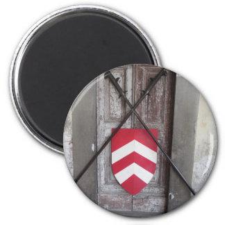 Porte barrée. Lances et bouclier croisés médiévaux Magnet Rond 8 Cm
