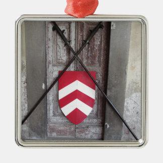 Porte barrée. Lances et bouclier croisés médiévaux Ornement Carré Argenté