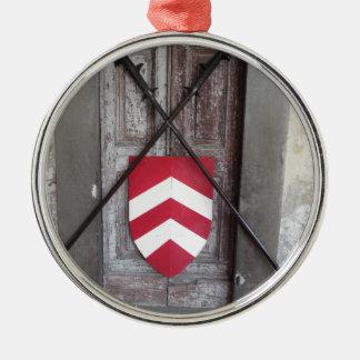 Porte barrée. Lances et bouclier croisés médiévaux Ornement Rond Argenté