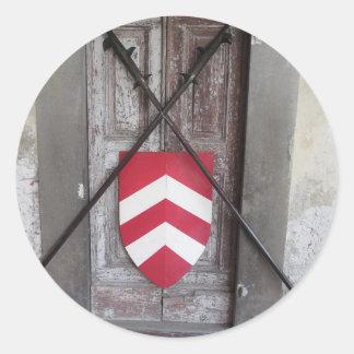 Porte barrée. Lances et bouclier croisés médiévaux Sticker Rond