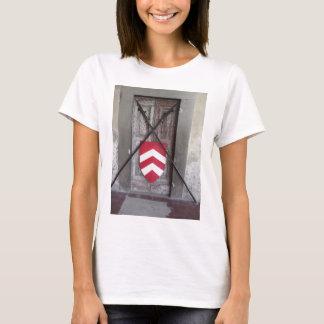 Porte barrée. Lances et bouclier croisés médiévaux T-shirt