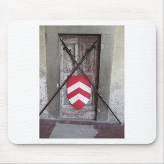 Porte barrée. Lances et bouclier croisés médiévaux Tapis De Souris