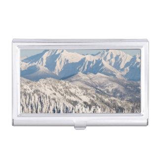 Porte-cartes De Visite Une vue pittoresque des montagnes et des arbres de