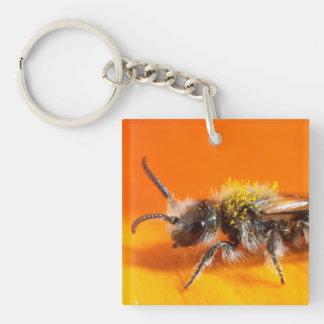Porte-clefs Abeille pollinisant une fleur