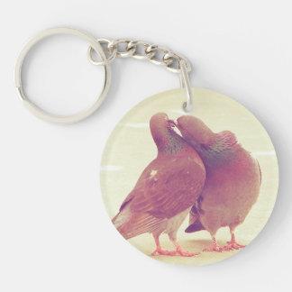 Porte-clefs Rétros inséparables de pigeon embrassant la photo