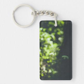 Porte-clefs Une fleur sauvage dans la nature verte