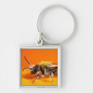 Porte-clés Abeille pollinisant une fleur