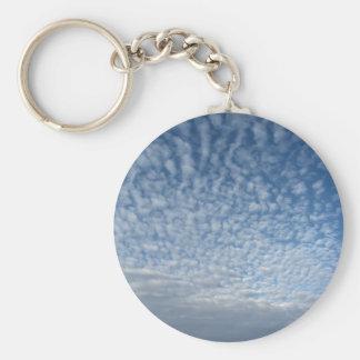 Porte-clés Beaucoup de nuages mous sur le fond de ciel bleu