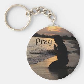 """Porte-clés La fille priant sur une plage """"prient"""" le porte -"""