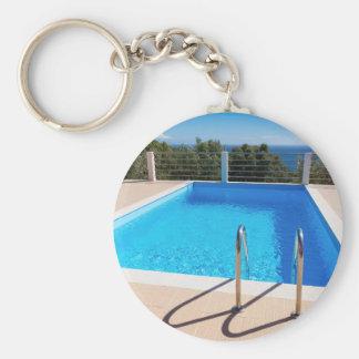 Porte-clés Piscine bleue avec des étapes en mer