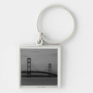Porte-clés Pont de Mackinac à la gamme de gris de crépuscule