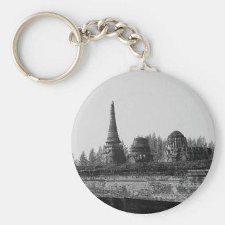Porte-clés Une image noire et blanche d'un vieux temple