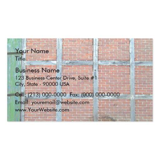 Porte en bois âgée dans le mur de briques rouge cartes de visite personnelles