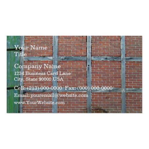 Porte en bois âgée dans le mur de briques rouge modèles de cartes de visite