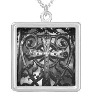 Porte gothique de crypte pendentif carré