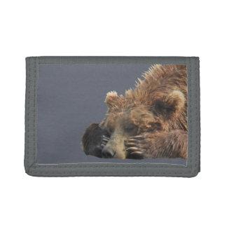 portefeuille triple gris avec le plan rapproché de
