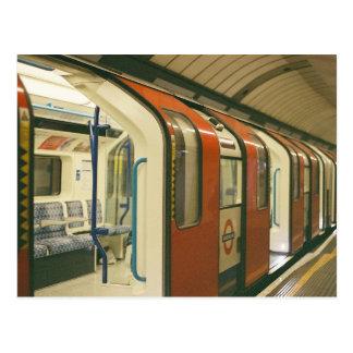 Portes ouvertes d'un train de métro carte postale