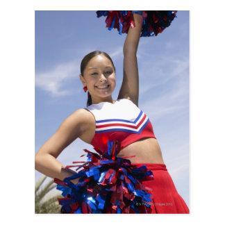 Portrait de se tenir adolescent de pom-pom girl carte postale