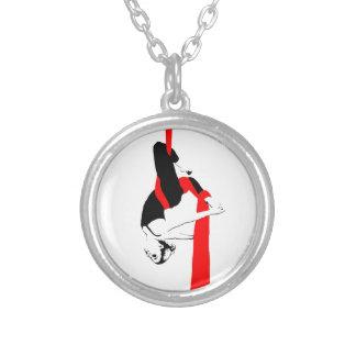 Pose aérienne de Gémeaux de danseur de soies Collier